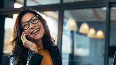 mulher feliz remete ao uso de colágeno com ácido hialurônico