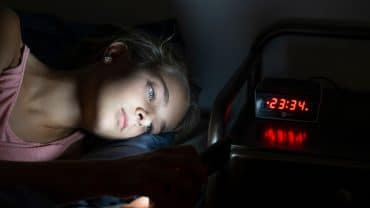 Luz azul dos celulares dificulta o sono de qualidade
