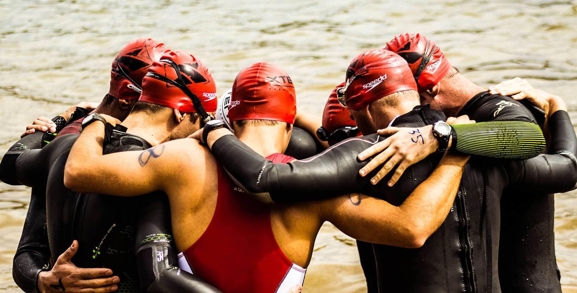 Nadador atleta de alto rendimento abraça outros atletas em uma competição