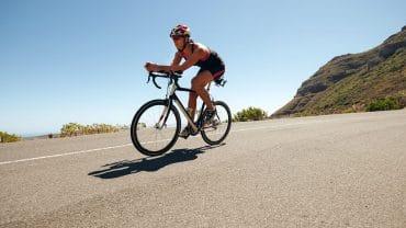 No triatlo, o organismo é exigido de forma aguda e prolongada