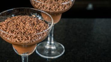 taça de vidro com mousse de chocolate proteico