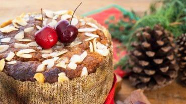 chocotone fit em cima da mesa decorada para o natal