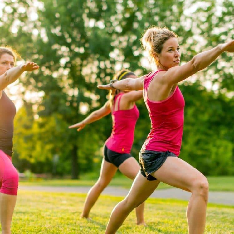 três mulheres alongam no parque, gastam energia e fazem alusão a energia das mitocôndrias